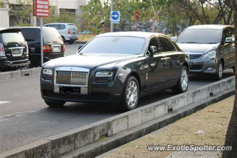 roll royce indonesia rolls royce ghost spotted in surabaya indonesia on 09 08 2012