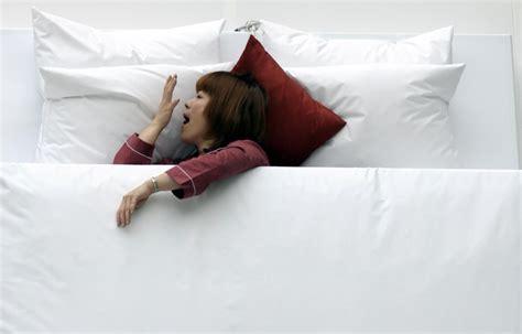 10 cose da non fare a letto 10 esercizi da fare al mattino nel letto