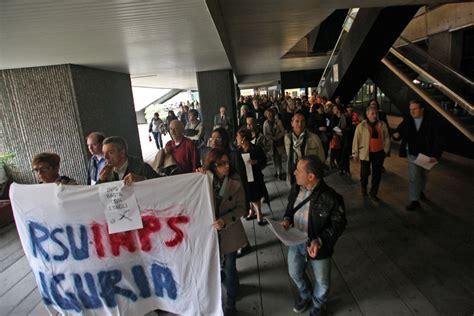 sedi inps genova foto lavoratori inps protestano quot no ai tagli al personale