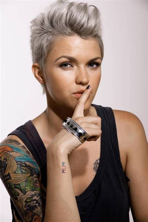 kuehles blond short haircut und selbstbewusstes styling