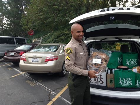 Los Angeles County Sheriff S Department Warrant Search Los Angeles County Sheriff S Deputy Delivers Meals
