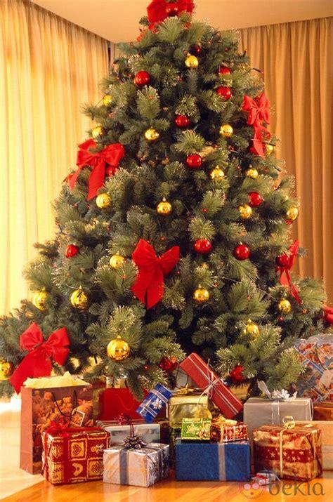 193 rbol de navidad con lazos y bolas rojas y doradas