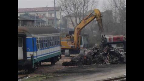 carrozze ferroviarie italiane treno deragliato e demolizione carrozze ferroviarie