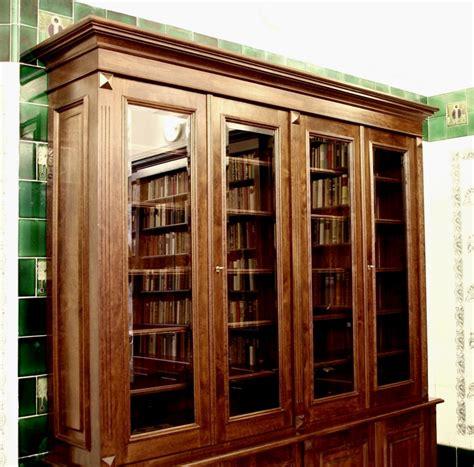 massivholz regalwand b 252 cherschrank massivholz im nussbaumton mit glast 252 ren