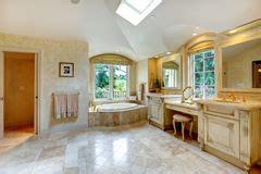 26 badezimmer eitelkeit badezimmer mit antiker eitelkeit stockfoto bild