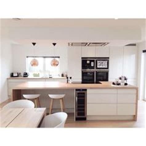 ilot central pour cuisine 4570 meubles blanc et bois clair et plancher assorti dans la