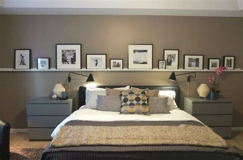 schlafzimmer wand hinter dem bett bilderleiste an der wand hinter dem bett im schlafzimmer