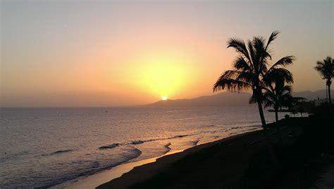 lanzarote turisti per caso tramonto a viaggi vacanze e turismo