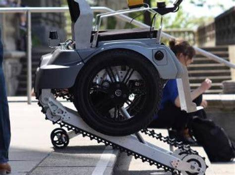 sedie a rotelle per scale la sedia a rotelle sale le scale grazie ai cingoli
