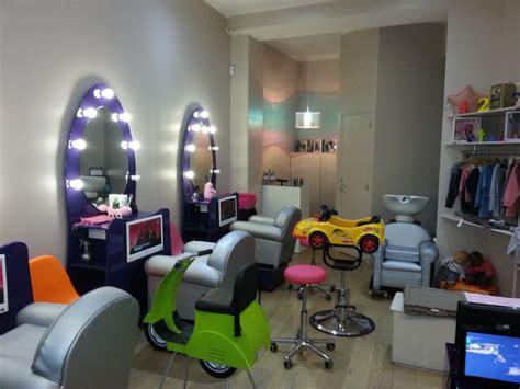 canapé pour petit salon notre visite myst 232 re au salon de coiffure 123 ciseaux