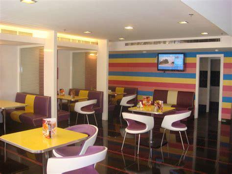 Saudi Arabia Pizza Restaurant » Bars & Booths