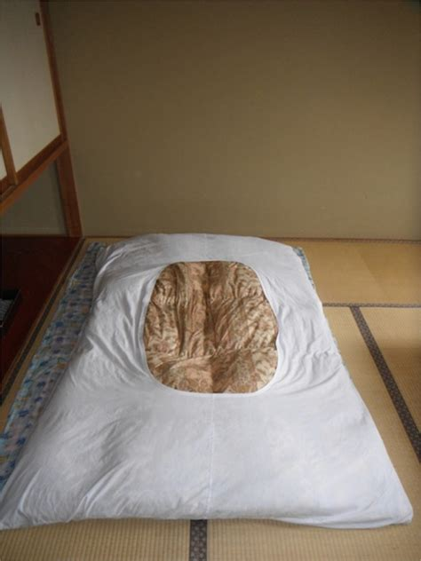 Japanese Futon Sheets by How To Lay Out And Fold Up A Japanese Futon