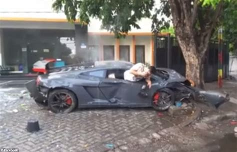 fatal lamborghini crash lamborghini driver hangs out of his car texting after