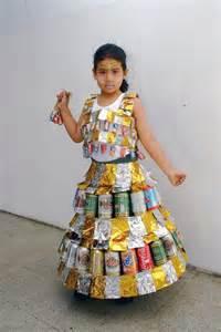 trajes hechos con material reciclable vestido con latas de gaseosa vestidos hechos con