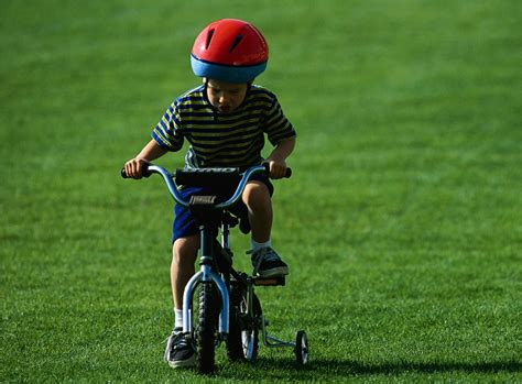 imagenes de niños jugando en bicicleta ni 241 os sobre ruedas vi beb 233 feliz