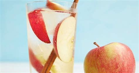 membuat infused water apel mau yang segar yuk bikin infused water apel kayu manis