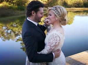 Kelly clarkson s mom reacts to wedding news quot i m glad she finally got