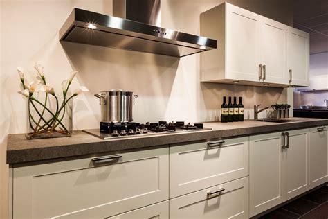 landelijke keuken wit showroomkeukens alle showroomkeuken aanbiedingen uit