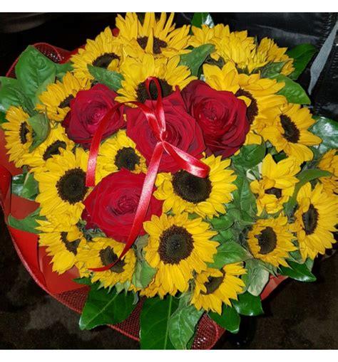 manda fiori bouquet di girasoli e rosse con verde di complemento