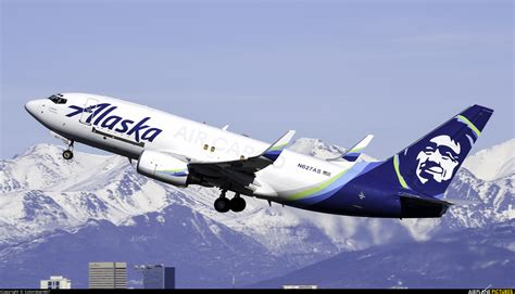 n627as alaska airlines cargo boeing 737 700 at anchorage ted intl kulis air