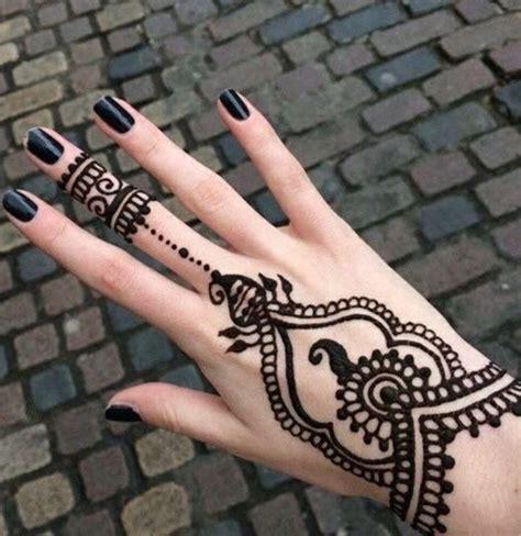 henna tattoo auf dem arm frau mit henna auf der und auf dem