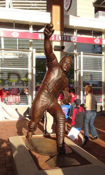 johnny bench statue the sporting statues project johnny bench cincinnati