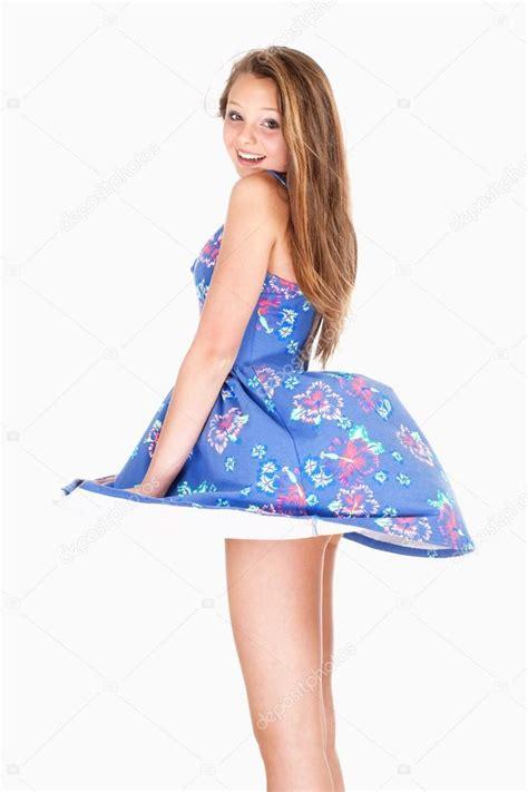 levantando faldas adolescente com vestido de ver 227 o com vento levantando a