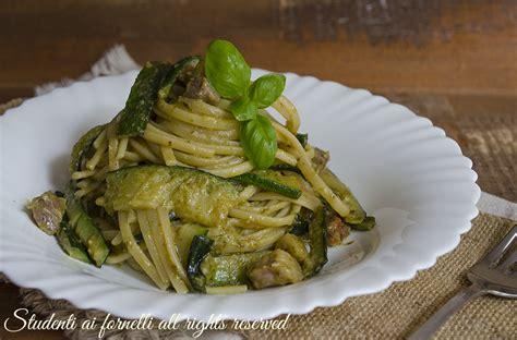 cucinare la pancetta pasta con zucchine pesto e pancetta facile e veloce ricetta
