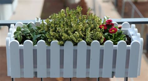 fensterbrett halterung für blumenkästen balkon blumenkasten idee