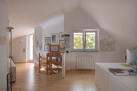 mobili antichi bianchi affordable vicino alla scala a chiocciola in legno