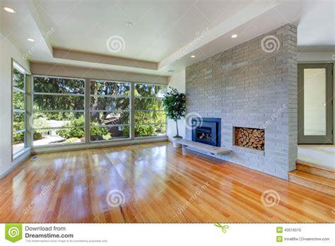 interni salone interno vuoto della casa salone con la parete di vetro ed