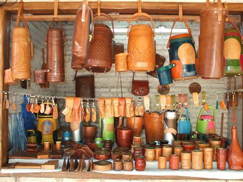 artesania cuero file artesan 237 a en cuero atyra jpg wikimedia commons