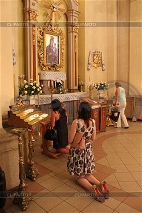 imagenes iglesia orando gente orando en la sala de la iglesia cat 243 lica foto de