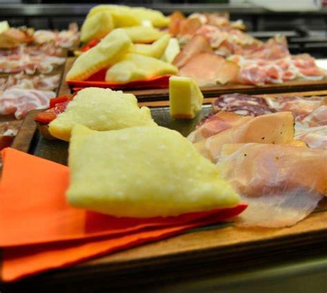 gnocco fritto pavia tagliere di salumi e gnocco fritto foto di fonti di