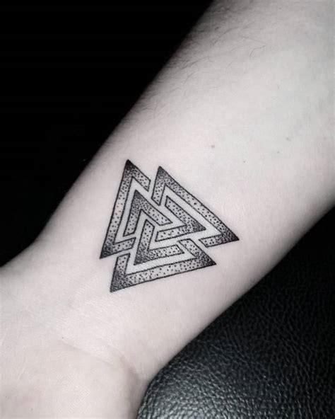 41 wonderful geometric wrist tattoos design