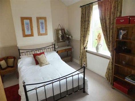 chimney breast in bedroom كيفية ترتيب واختيار مكان سرير غرفة النوم