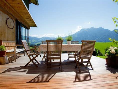 Kursi Lantai desain teras belakang rumah untuk hunian minimalis