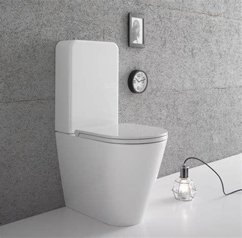 wc con cassetta sanitari con cassetta di scarico sul water