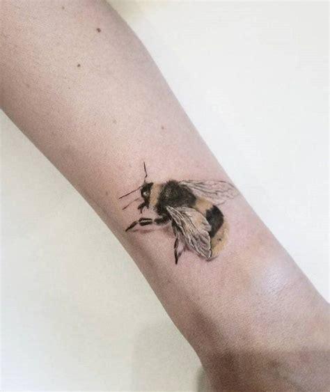 honey bee tattoo best 25 honey bee ideas on bee