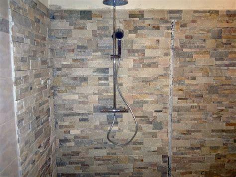 pietre decorative per interni foto posa pietre decorative su pareti e angolo doccia di