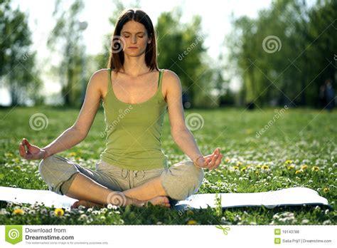 imagenes de yoga al aire libre yoga al aire libre fotos de archivo libres de regal 237 as
