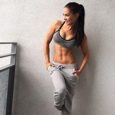 exercise toned body sports bra grey sweatpants stephaniedavisfitness