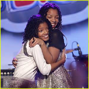 chloe and halle bailey acting halle bailey breaking news and photos just jared jr