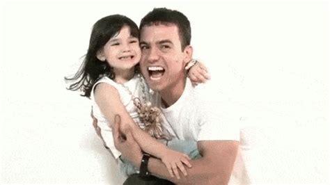 imagenes gif para una amiga especial padre viudo recrea las fotos de la esposa con su hija y