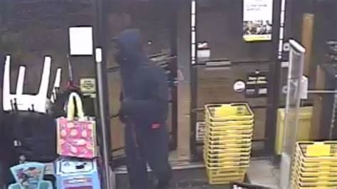 dollar general clerk robbed at gunpoint wear