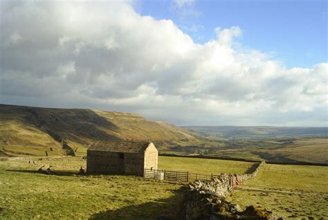 picture 19 typical barn in the limestone country landscape of swaledale