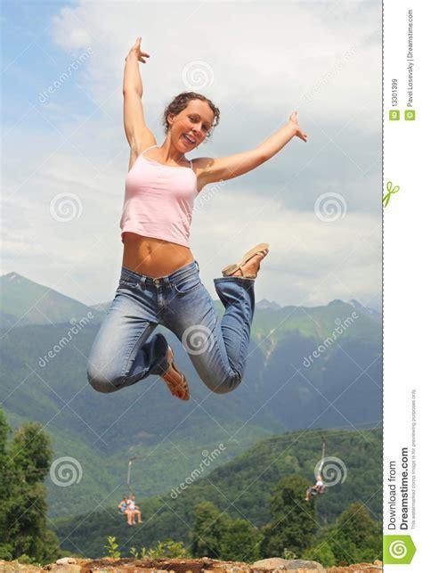 imagenes mujer alegre muchacha saltando gallery