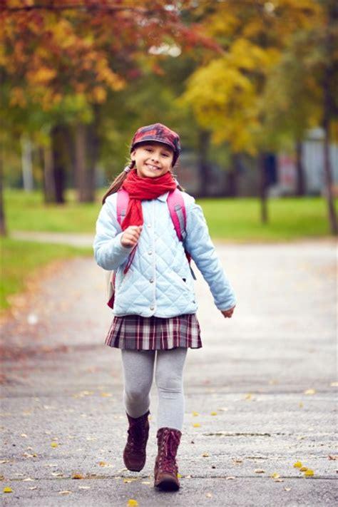 imagenes niños yendo al colegio ni 241 a con falda yendo al colegio descargar fotos gratis