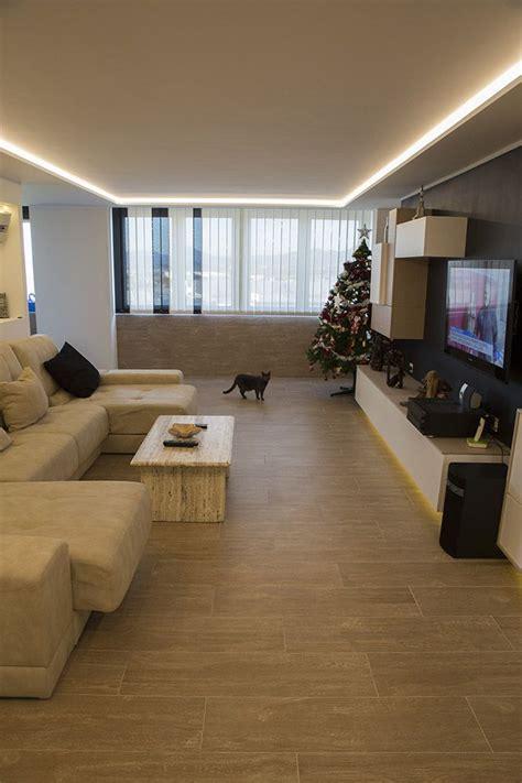 iluminacion indirecta led salon moderno con luz led indirecta en el techo y bajo el