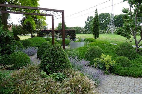 tuinen vranckx tuinen in beeld contrasterende glooiingen in voortuin